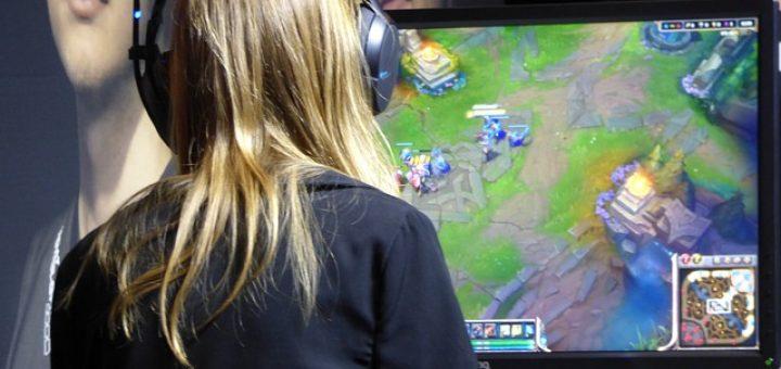 Spieler zockt Computerspiel