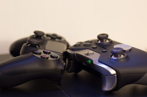 Playstation und Xbox Controller