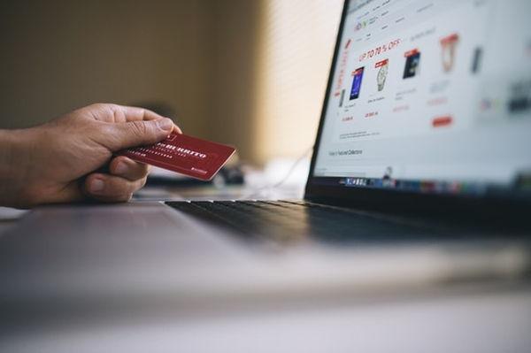 Kreditkarte zum Bezahlen im Online-Shop